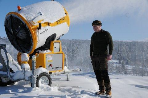 Produktiv: De siste døgnene har snøkanonene på Beitostølen skistadion gått jamt og trutt. Her er det Leif Boye Erichsen som sjekker at alt er i orden.