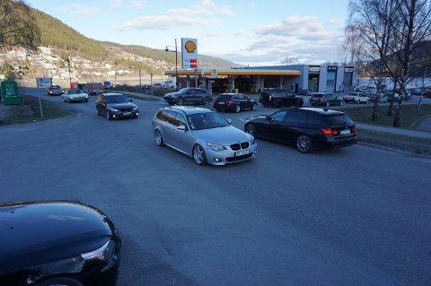 POPULÆRT: Det var lange køer i alle retninger rundt Shellstasjonen da Valdres Gatebil inviterte til cruisekveld.