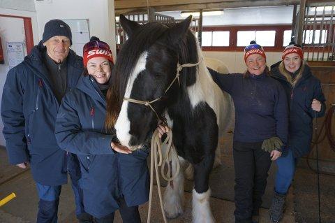 VIKTIG FOR MILJØET: Tidligere stallmester Harald Larsen sammen med noen av dagens faste ansatte i stallen, Lisa Alm, Siv-Janka Fjeldstad og Camilla Henriksen Kårstad.
