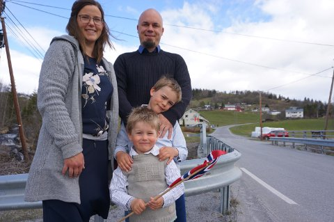 FORVENTNINGSFULLE: Ulrik (3) og Victor (7), begge med etternavnet Fjeld Johnsen, hadde funnet seg en plass sammen med mor Linda Fjeld og far Robert Johnsen.