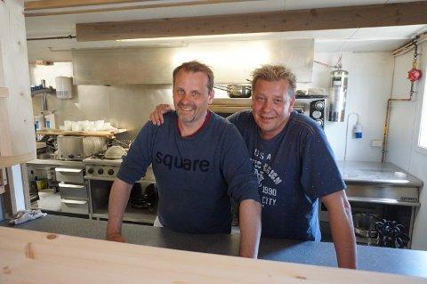 Erling (tv) og Øyvind Theodorsen forteller om hektiske dager for det nye matkonseptet Heimatt.