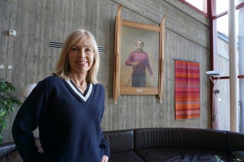 Klare mål: Direktør Astrid Nyquist foran bildet av Erling Stordahl i resepsjonen.