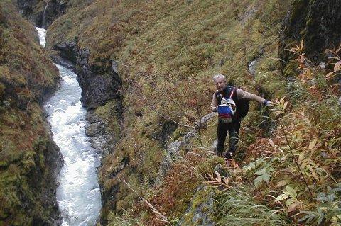 FORBEREDELSER: Svein Erik Ski i det bratte terrenget langs Utla, i forbindelse med førstegangspadlinga av elva i 2003. FOTO: Privat