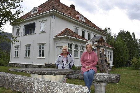 Nostalgisk sted: Jugendhuset på Veigård sto ferdig i 1912 og er både staselig og nostalgisk. Nå håper Kari Albertsen Sørbøen (t.v.) og Sjeba Slot at turistene vil oppdage stedet.