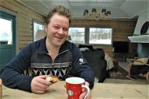 Andre boller: Arne Hjeltnes på hytta på Beitostølen med en bolle i hånden. Nå blir han selv bakerieier i fjellbygda.