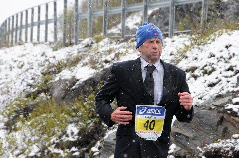 40 ganger: Dagfinn Sæther løp sitt 40. fjellmaraton i dress i fjor, og det lå snø helt ned til Beitostølen.