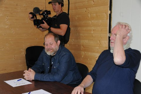 På skolebenken: De to matglade kjendisene måtte følge godt med da Kai Morten Granli holdt teorikurs for bilcrossførere.