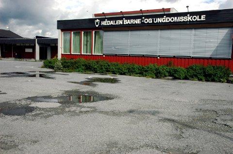 Innbrudd: Det var klokka 15.00 søndag at politiet fikk melding om et innbrudd ved Hedalen barne- og ungdomsskole. Politiet skriver på Twitter at det er noe uvisst hva som er tatt, men de har sikret seg spor på stedet.