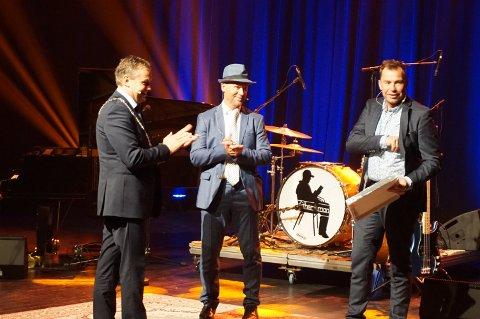FORTJENT: Ole Christian Nymoen (th) og Kåre Strande fikk overrakt kulturprisen fra ordfører Knut Arne Fjelltun.