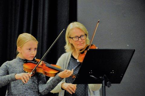 I samfunnssalen: Oda Bjørndal Lund og kulturskolerektor Bente Hemsing spiller her fiolin i forkant av et kommunestyremøte i samfunnssalen i fjor høst. Fredag 5. februar blir det mer kultur i salen.