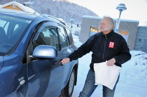 Tester: Pensjonert sjukepleier Bjørn Stendebakken kjører her covd-19-prøver fra legevakta på VLMS Fagernes.