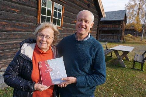 ILDSJELER: Både Else Sprossa Rønnevig og Odd Arne Rudi ved Valdresmusea er svært ivrige forkjempere for bygningsvern. Her med hennes siste bok om temaet, der han også har et bidrag.