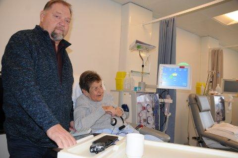 Pasienter: Odd Erland Kvannefoss fra Tisleidalen har sammen med blant andre Frøydis Berg fra Beitostølen, her under behandling, vært pådrivere for å få et enda bedre dialysetilbud i Valdres.