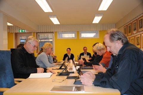 Merkedag: Linda Mæhlum Robøle og resten av kommunestyret i Etnedal kunne torsdag sette seg i sine gode stoler i kommunestyresalen igjen, etter ett og et halvt år i samfunnsalen og på Teams.