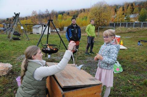 Gjetta: Maiken Gardli (6) prøvde seg på skrinet med det rare i, som Ina Syversen sto ansvarleg for. Bak står grillmeister Rune Bergene, som serverte varme pølser.