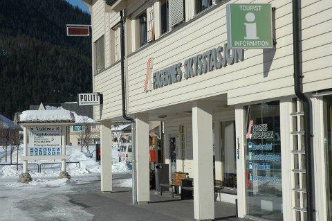BLE STOPPET: To evakuerte fra Fondsbu forsøkte fredag å komme på bussen fra Fagernes til Oslo. Det satte snartenkte ansatte i JVB i samråd med kommuneoverlege Marit Tuv en stopper for.