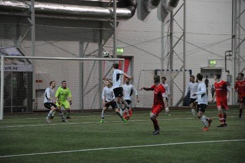 6. divisjon: Det er i de lavere divisjonene at frafallet er størst, naturlig nok. Her fra et oppgjør mellom Slidre/Røn og FK Vang i Valdres Storhall på Leira.