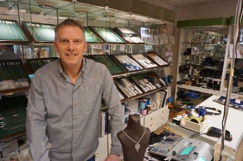 VEMODIG: Stig Sebakk blir snart ikke å se bak disken hos H. Gullhagen AS. I nær framtid blir butikken stengt.