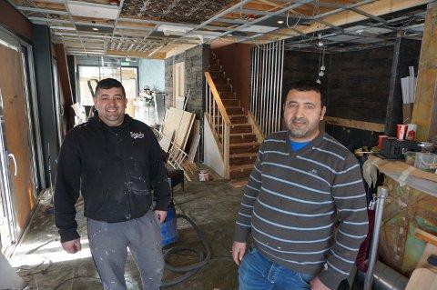 TRAVLE: Øner Øzturk (th) og kjøkkensjef Aydan Unal var opptatt med oppussing da avisa stakk innom.