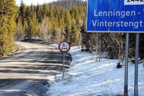 KREVENDE VEG: Fra Smiugardskrysset og de 11 kilometerne til Lenningen er det nå redusert akseltrykk til 6 tonn, som i praksis betyr null trafikk med lastebiler og anleggsmaskiner.