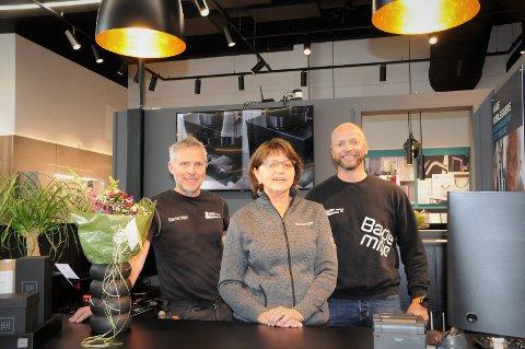 Åpnet filial: Mor Inga flankert av sine to sønner Vidar (t.v.) og Stein, alle med etternavnet Olsen, under åpningen torsdag.