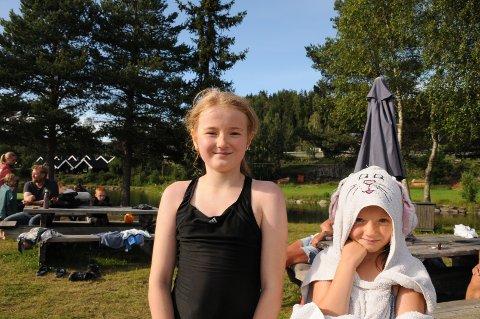 TRYGGE: Mina (10) og Oda (7) Hansegården var blant de frammøtte på treningen.