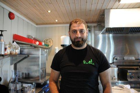 PÅ PLASS: Nazir Alamir flyttet til Beitostølen nylig og er driver av Rustic Restaurant.