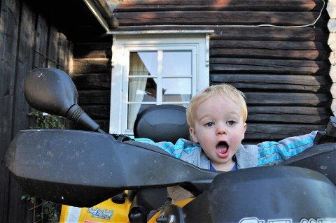 Aktiv: De aller beste stundene har ett år gamle Henry Elias når han får sitte på familiens ATV og leikekjøre.