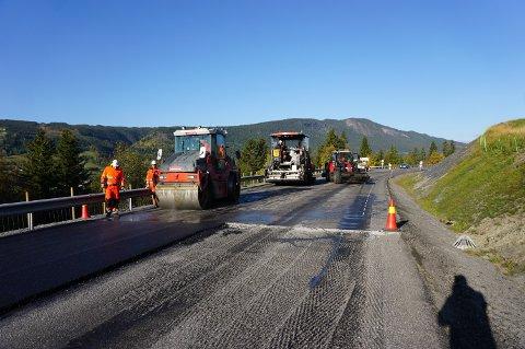 EFFEKTIVT: Arbeidslaget fra Veidekke regnet med å avslutte asfaltarbeidet forbi Hande onsdag ettermiddag.