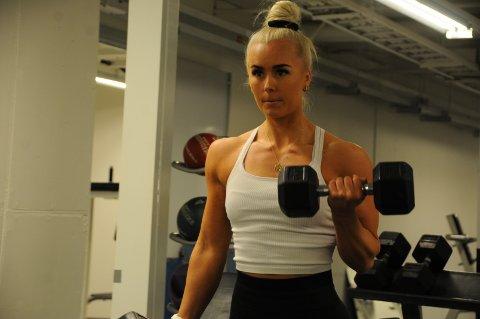 Godt forberedt: Marit Volden Hamre har trent beinhardt foran helgas debut i Bikini Fitness, som foregår i Sandefjord. Her løfter hun manualer på Valdres Treningsklubb.