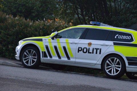 LETEAKSJON. Politiet lette i flere timer etter mulige skadde fra den forlatte ulykkesbilen ved Mo-senteret.