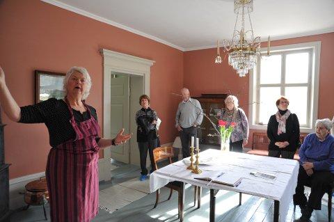 TIL NYTTE: Velrestaurerte Markerud gjør nå også nytte som aktivitetssenter for nittedøler som har begynt  glemme, forteller Anne Prydz Sæterdal (fremst i bildet).