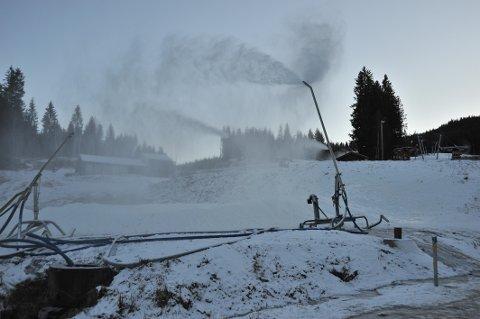 LAGER SNØ: Slik så det ut i Varingskollen onsdag ettermiddag, med snøkanoner på sparebluss i så vidt under null grader.