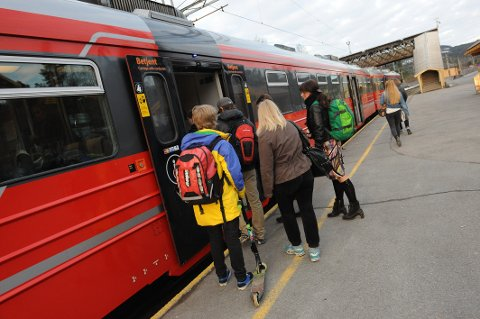 MANGE PASSASJERER: Det kan fort bli trangt om plassen på toget til byen om morgenen. Med ny togavgang herfra vil det bli lettere å få plass, tror direktør i NSB Gjøvikbanen AS, Erik Storhaug.