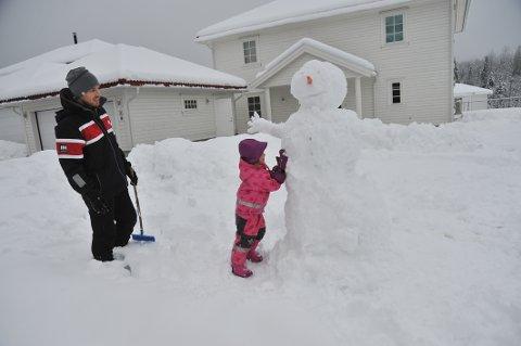 KREATIVTMEDSNØ:Vi kårer denne snømannen i Smieveien til årets fineste så langt. Byggmestere er Emilie Prestkvern Wehus (3) og pappa Håvar Wehus.