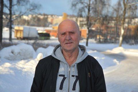 SATTDROSJEFAST:Eivind Vinsrud fortviler over manglende drosjetilbud i Hakadal når det er som travlest i Lillestrøm.