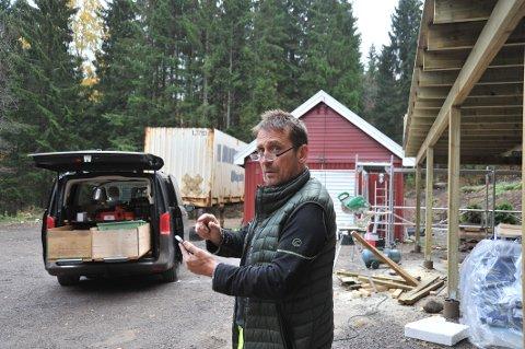 KUNDEKNINGAVGRANSKOG:Tom Pettersen prøver å få liv i mobiltelefonen utenfor huset sitt innerst i Stuaveien på Kjul.