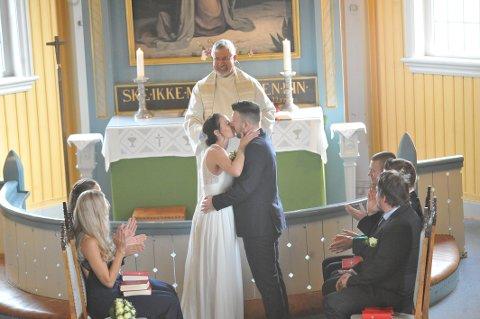 KYSSET: Da var de gift, Mari Cecilie og Vegard.