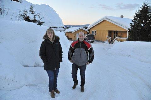 NYPRISSONE:Ellen Schumann og nabo Ronny Syversen i Sandbekkveien på Slattum er begge opprørte over kraftig økt eiendomsskatt.