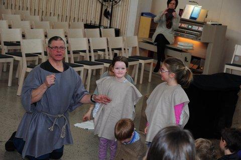 GØY: Barna fikk delta aktivt i rollespillet, sammen med Dag Fredriksen fra Fortet naturbarnehage.