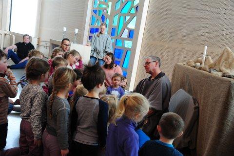 ENGASJERT: Mange av kirkens rom ble tatt i bruk, og barna var bergtatt over handlingen.