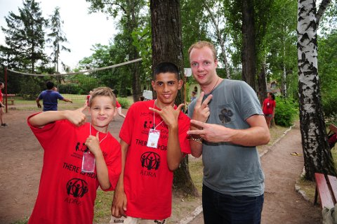 GOD KONTAKT: Andreas Nannestad fra Prosjekt Takknemlighet sammen med to av de ivrige barna, på en tidligere sommerleir.  (Arkivfoto)