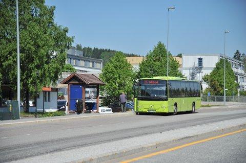 SLÅSSKAMPPÅBUSSEN:Dam bussholdeplass ved Mosenteret.