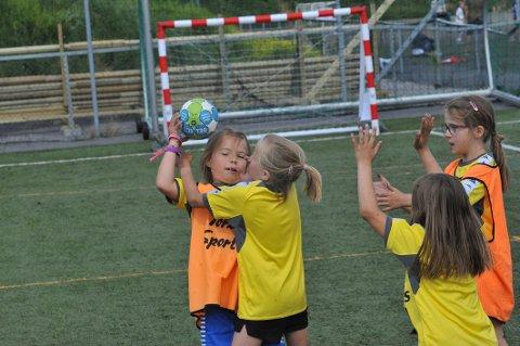 SUPER INNSATS: 7-årsklassen var den yngste, men innsatsen upåklagelig. Her kjemper Nittedal Blå og Nittedal Rød om ballen.