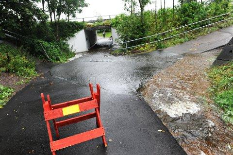 NY BEKK: I 2015 flommet bekken gjennom undergangen på Hagan. Ekstremt tørr bakke øker faren for dette.