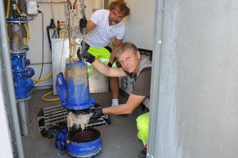 DRITTJOBB: Vaskefiller var årsaken til driftsstansen i Kruttverket pumpestasjon denne gangen, konstaterer Kjell Marka (nærmest) og Tommy Glenne.