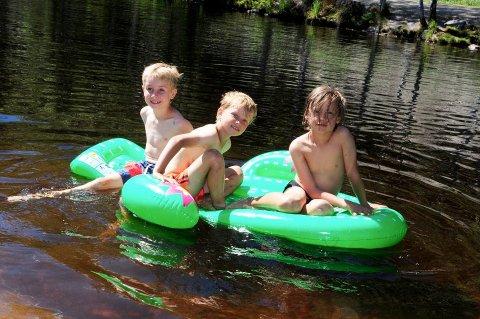 SOMMERGLEDE: Nickolai Lamøy, Vinjar Skram og Aksel Grønvold koser seg på vannet.
