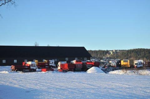 VOKSTUTAVREDET:Nordre Holm gård sør for Nittedal kirke har gjennom flere år vært sete for en ekspanderende entreprenørvirksomhet.