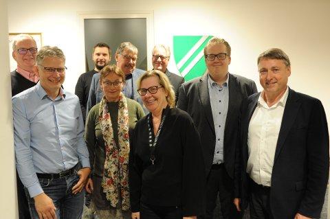 SCENESKIFTE: Ny flertallskonstellasjon i forhandlinger. Bak f.v.: Erland Vestli (Frp), Rune Kyllenstjerna (Ap), Dag Westhrin (SV) og Egil Hjorteset (V). Fremst f.v.: Øyvind Nerheim (KrF), Marit Røyne (SV), ordfører Hilde Thorkildsen (Ap), Helge Fossum (Frp) og varaordfører Inge Solli (V).