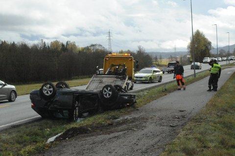 PÅ TAKET: Bilen havnet på taket etter utforkjøringen på Srømsenga.